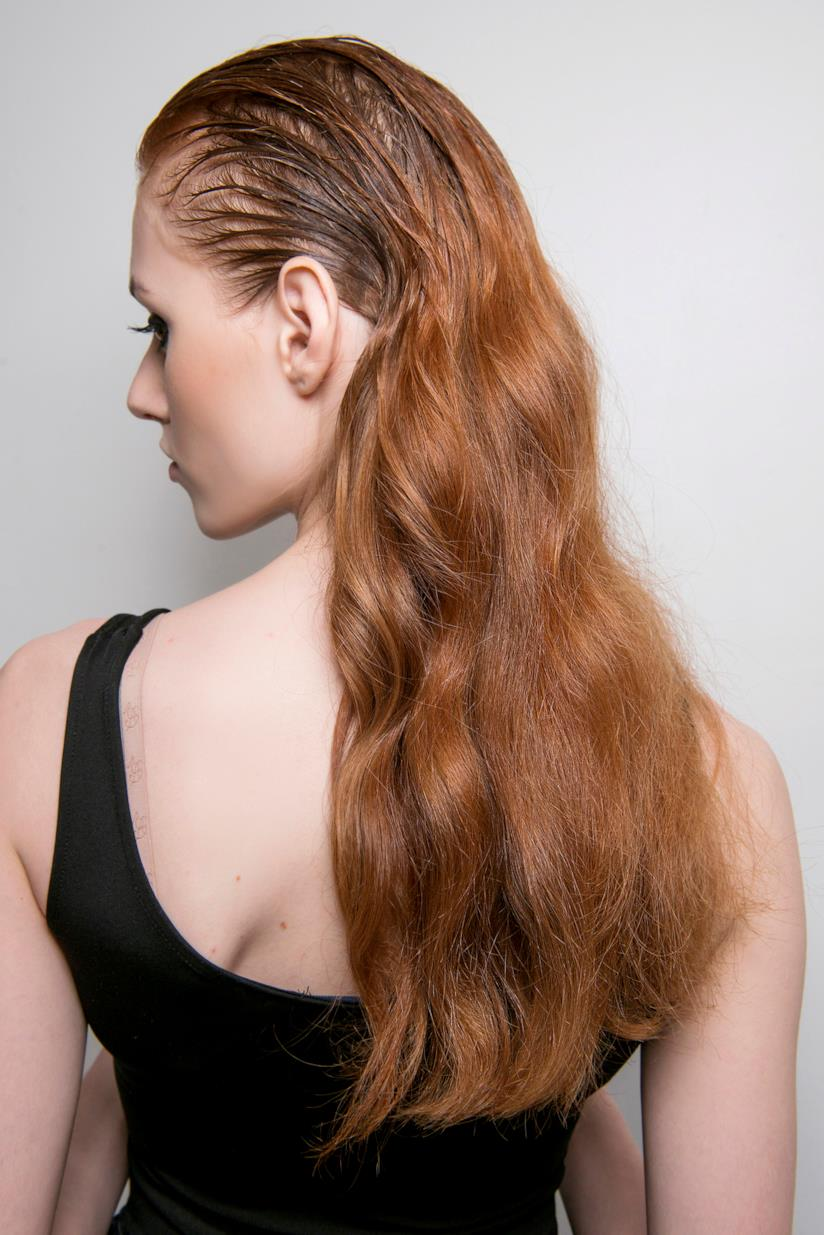 Modella capelli lunghi effetto wet