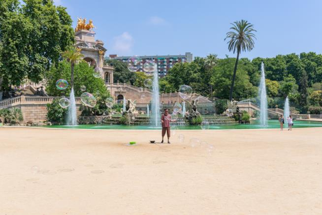 Un artista di strada gioca nel Parc de la Ciutadella di Barcellona