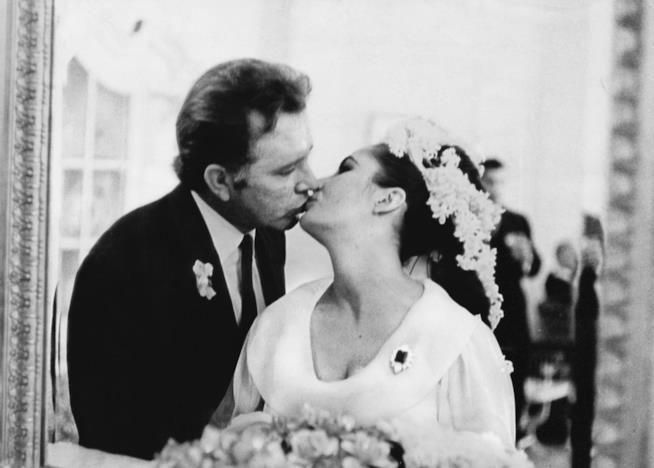 Una foto di Liz Taylor e Richard Burton al loro matrimonio