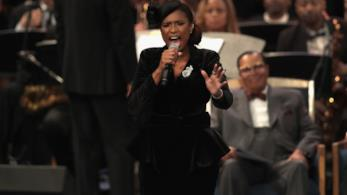 Jennifer Hudson canta al funerale di Aretha Franklin