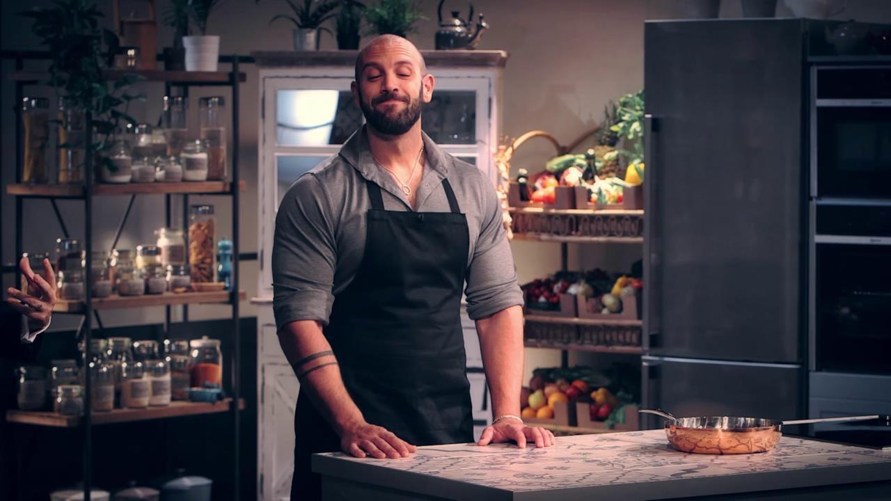 Roberto Bertolini se la cava molto bene in cucina