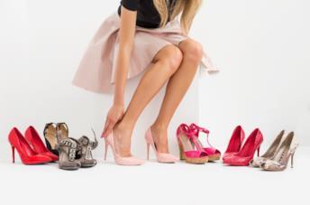 Ragazza prova molte paia di scarpe con il tacco