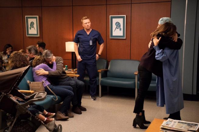Teddy e Amelia in una scena di Grey's Anatomy 15x14