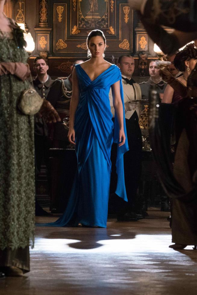 Gal Gadot nei panni di Diana Prince indossa un lungo abito da sera blu elettrico