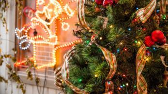 Albero di Natale decorato con palline, luci e nastri
