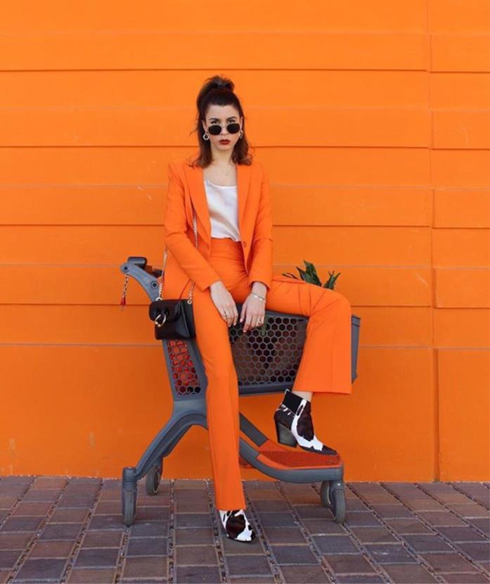 Alessia Melpignano in tailleur arancione e camperos