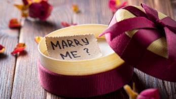 Scatola con biglietto contenente la proposta di matrimonio