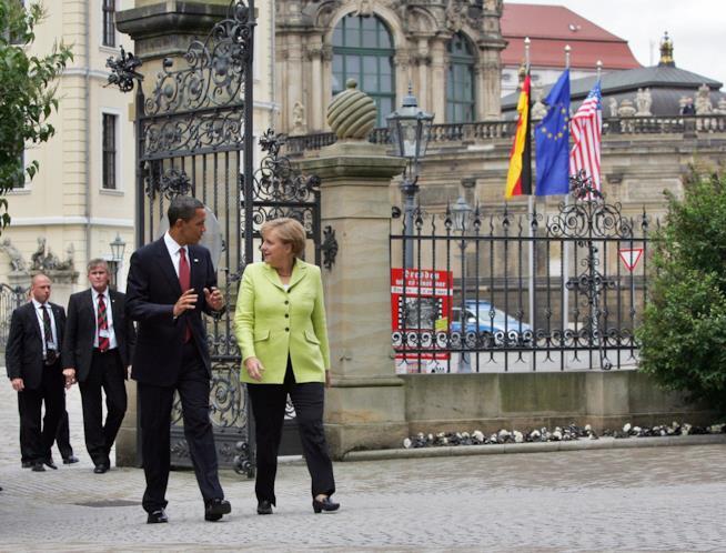 Barack Obama ama fare riunione camminando. Eccolo con Angela Merkel