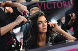La modella Kendall Jenner con capelli lisci