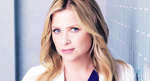 Jessica Capshaw interpreta Arizona Robbins dalla quinta stagione di Grey's Anatomy