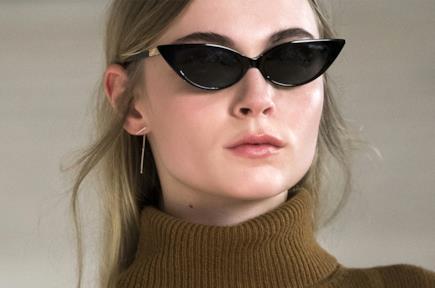 Gli occhiali da sole micro cat-eye dominano le tendenze