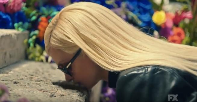 Donatella Versace bacia lo scalino nel teaser di American Crime Story