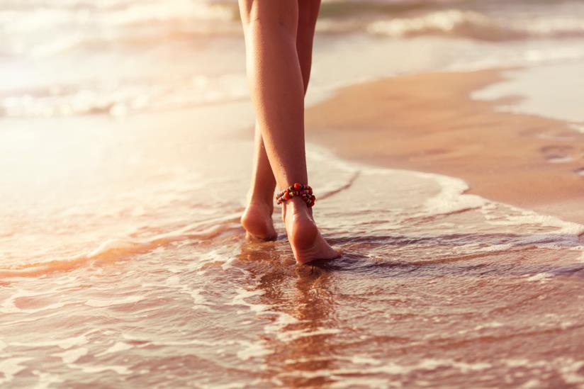 Contrastare la ritenzione idrica con lunghe camminate anche al mare