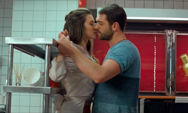 Pelin e Sinan si baciano