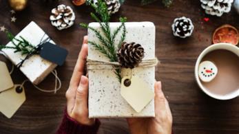 Pacchetti di Natale confezionato con al centro una pigna