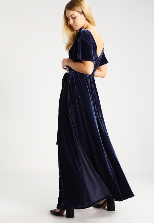 Il vestito lungo in velluto blu di Mint&Berry