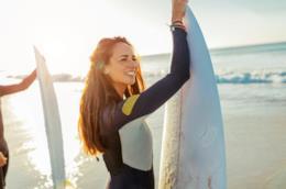 Giovane ragzza con tavola da surf