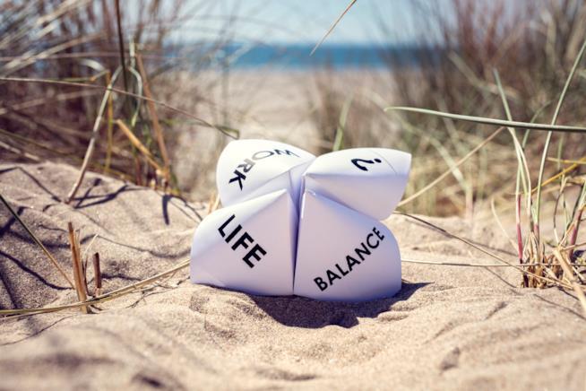 Pezzo di carta con scritte su una spiaggia