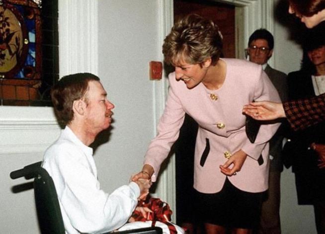 Diana stringe la mano a un malato di AIDS