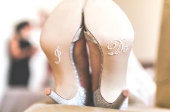 Un paio di scarpe da sposa con simpatica incisione sulla suola