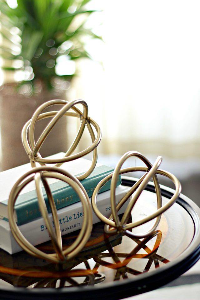 Le sculture a sfera adagiate su un tavolo