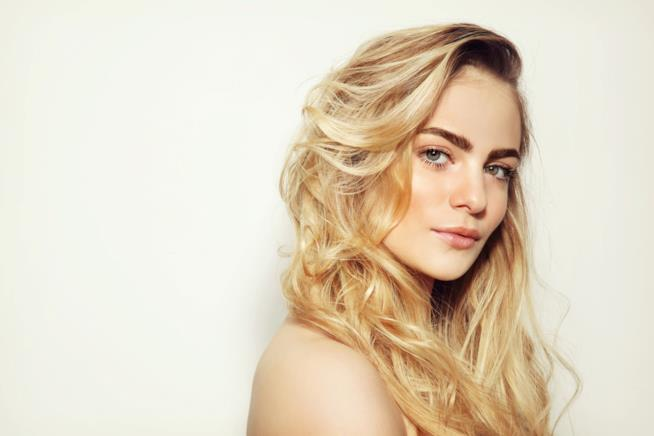 Ragazza con capelli mossi e biondi