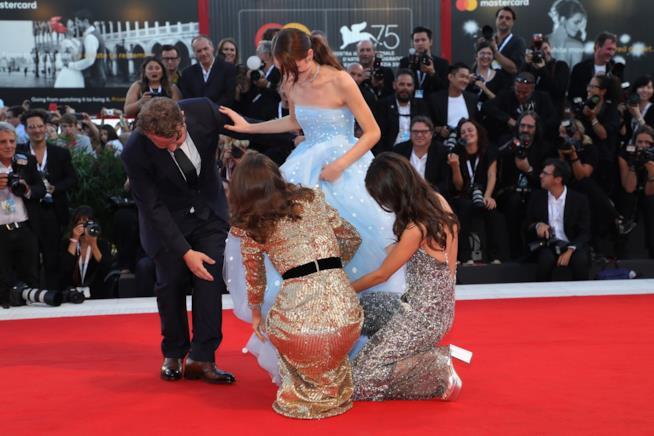 Natalie Portman e Stacy Martin aiutano Raffey Cassidy che si è impigliata