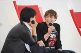 Antonia Klugmann, seduta, con il microfono in mano, una maglia dei Rolling Stones e una giacca nera