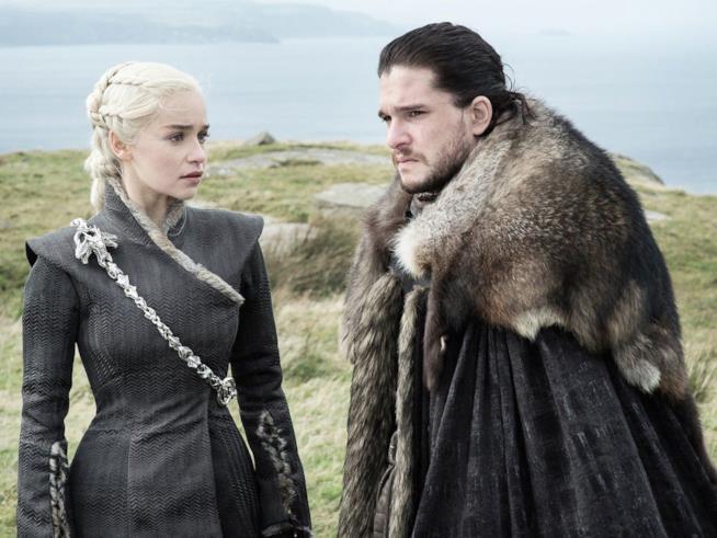 Daenerys fissa intensamente Jon Snow, pensierioso