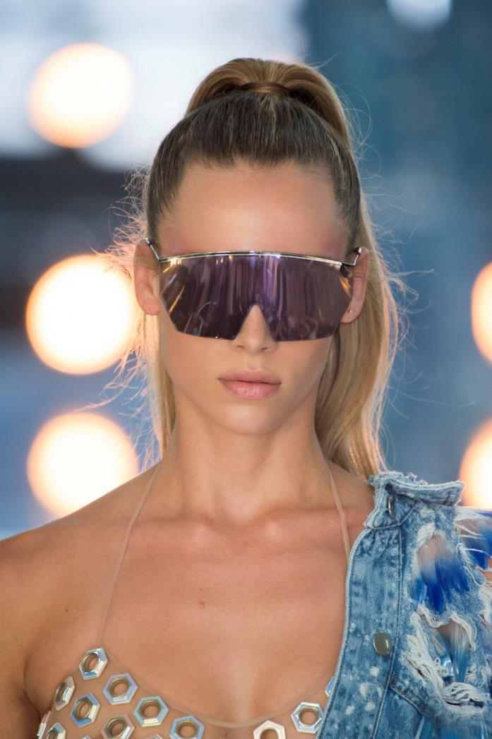 Modella che indossa occhiali da sole Byblos 2019