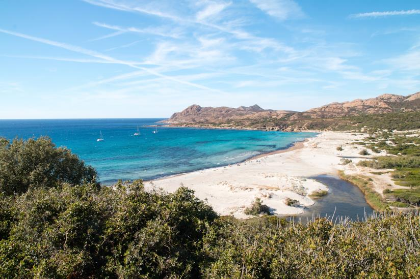 La Spiaggia de l'Ostriconi circondata dal verde della macchia mediterranea