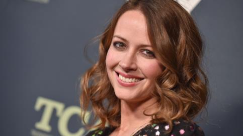 Amy Acker sorridente sul carpet