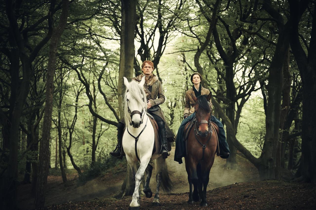 Claire e Jamie a cavallo nel bosco