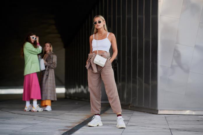 Outfit casual con sneakers bianche con pantaloni a vita alta e top bianco