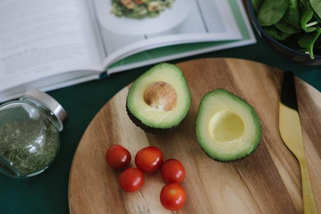 Tagliere con avocado e pomodori