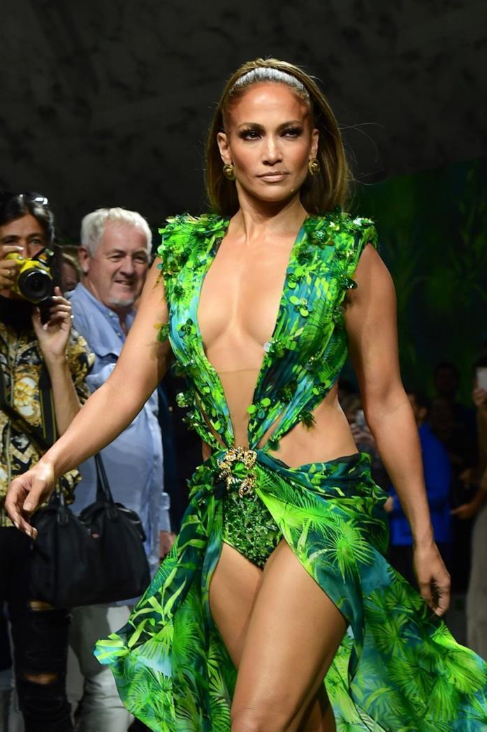 Jennifer Lopez durante la sfilata Versace