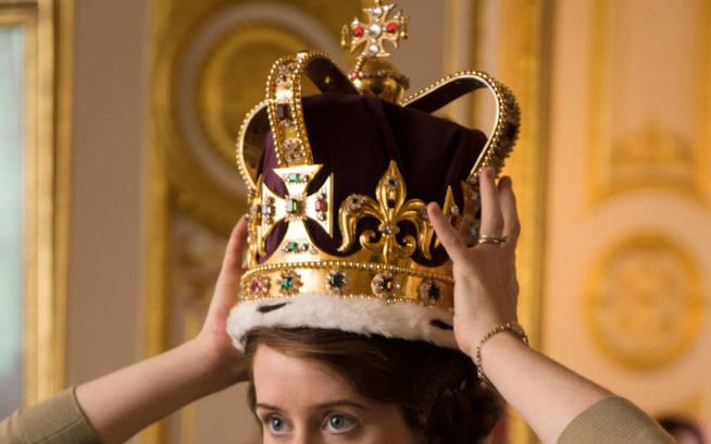 Claire Foy indossa la corona in The Crown