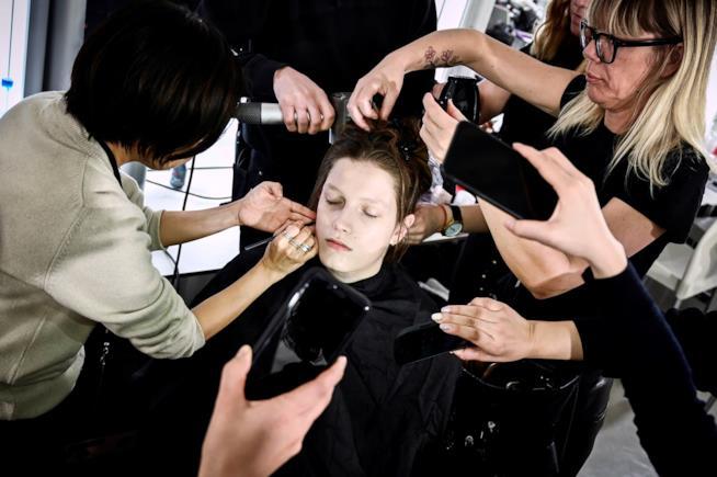 Acconciatura modella capelli lunghi