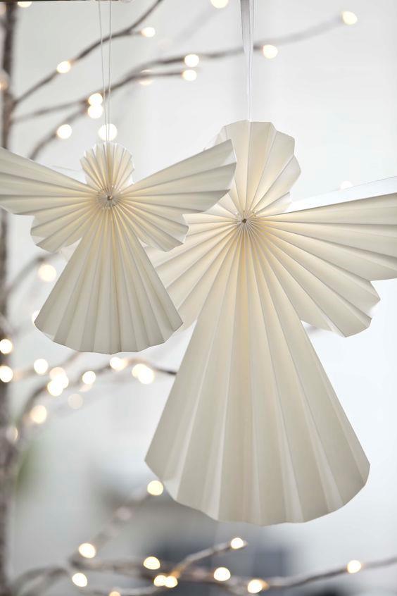Angeli natalizi di carta bianca