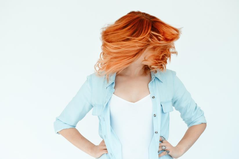 Ragazza con capelli rossi corti
