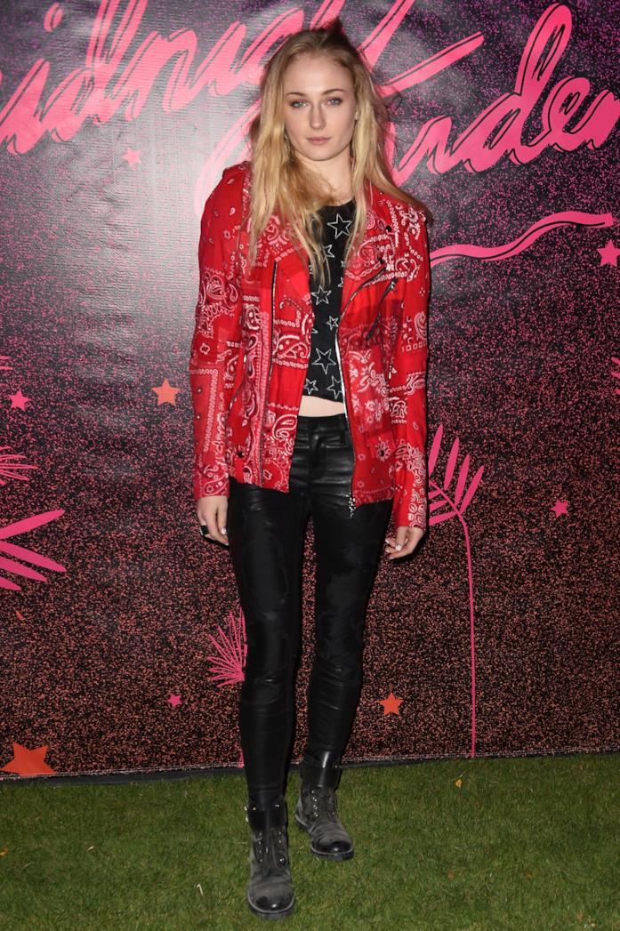 Sophie Turner indossa un look molto rock