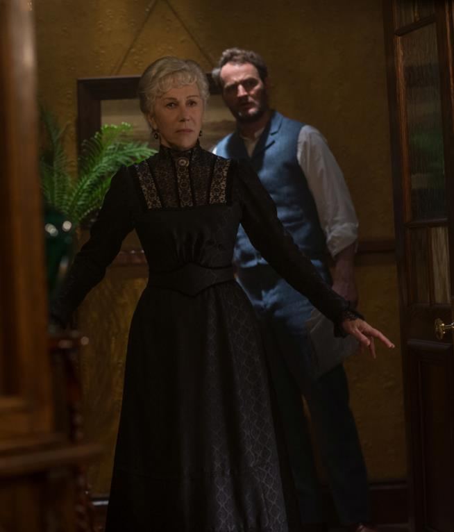 Helen Mirren e Jason Clarke in una scena de La vedova Winchester