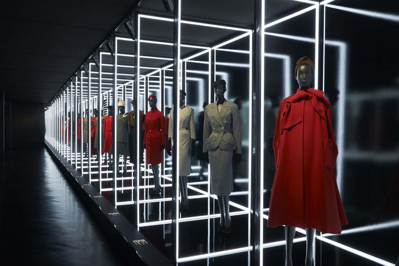 Una schiera di abiti rossi e grigi Dior al Musée des Arts décoratifs
