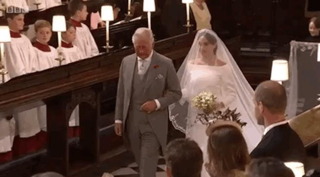 Carlo accompagna Meghan all'altare