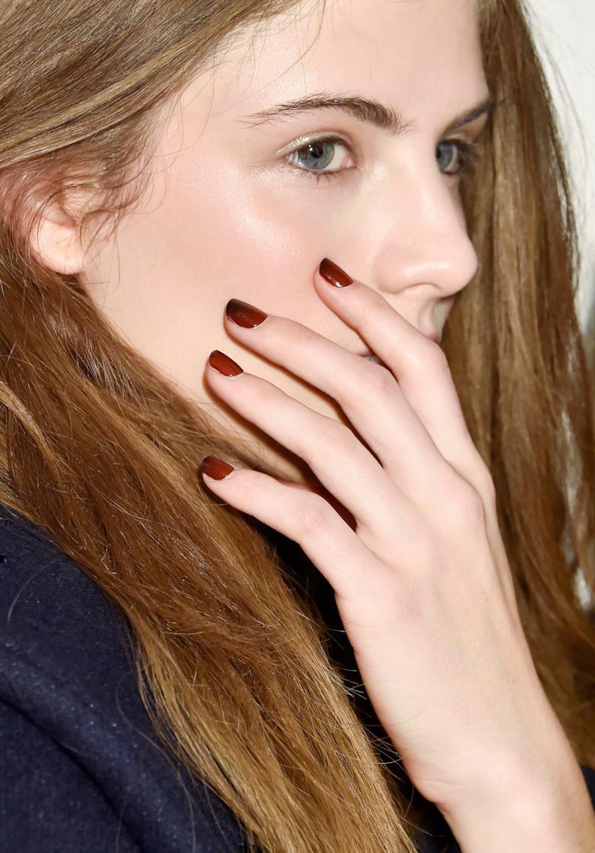 Manicure marrone con unghie corte