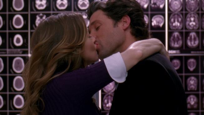 Bacio romantico tra Meredith e Derek