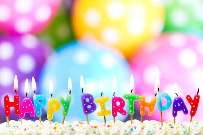 Torta di compleanno con la scritta Happy Birthday