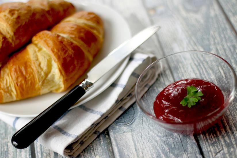 Cornetti e marmellata su un tavolo
