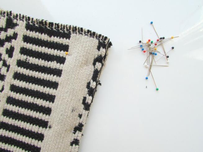 Gli spilli inseriti nel bordo del tappeto
