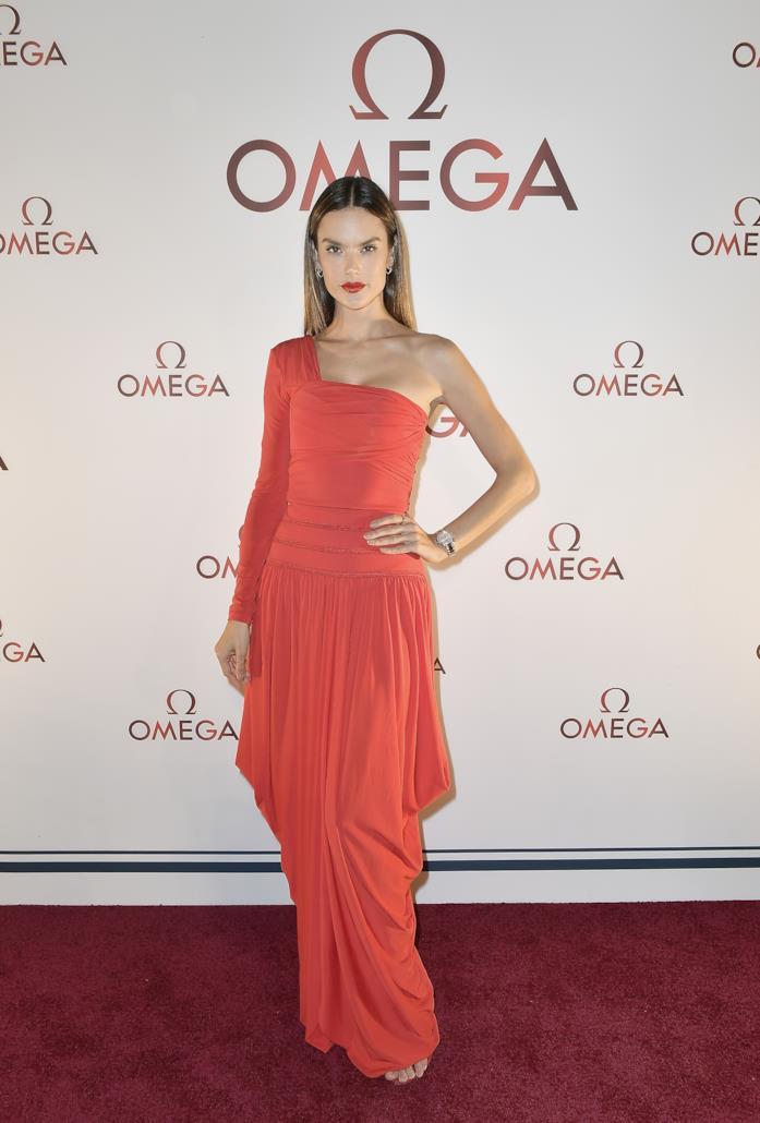 Alessandra Ambrosio al party di Omega indossa un abito rosso